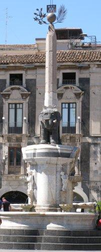 Sizilien2011_Catania_Fontana_dell_Elefante.jpg