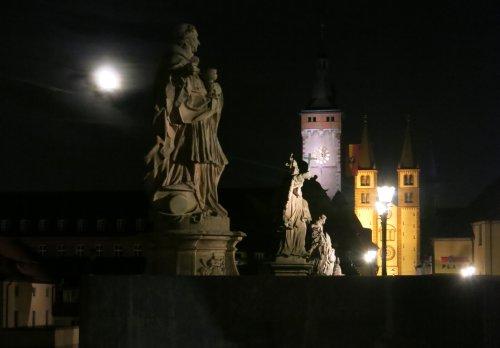 Wuerzburg201510_BrueckeBeiNacht.jpg